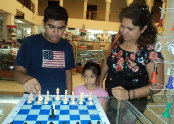 Axiel Aarón Hidalgo Márquez en la tienda de ajedrez Diagonales