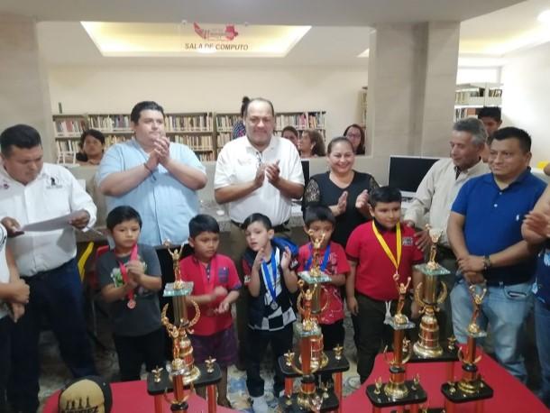 MACUSPANA, Tabasco, 12 de enero._ A tambor batiente se inició en esta ciudad el año ajedrecístico del Estado, donde las filas infantiles y juveniles, canteras de futuros campeones, siguen creciendo a buen ritmo.