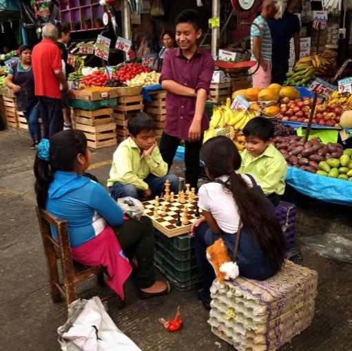 Niños jugando ajedrez en el mercado de la ciudad México