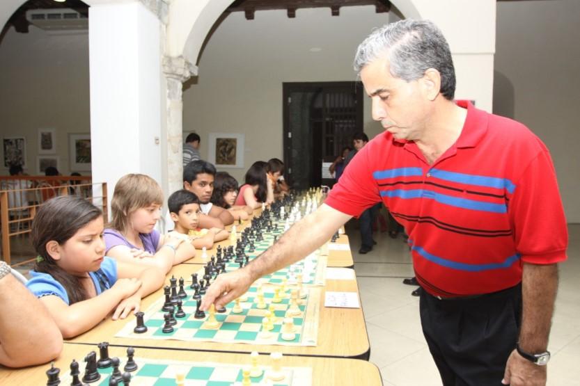 """En Mérida ofreció memorable exhibición de simultáneas hace 10 años en la """"Casa del Ajedrez"""", como se conoce a la céntrica """"Plaza Diamante"""", en contra esquina del zócalo, donde tienen su sede el club """"Bobby Fischer"""" y la tienda """"Diagonales"""", especializada en juego ciencia."""