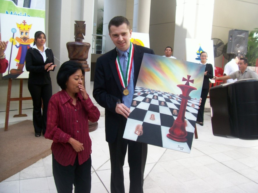 La autora de la obra, la artista plástica yucateca Sara Lourdes López Godoy, le entregó personalmente ese galardón, adicional al premio de 120 mil pesos mexicanos fijados por la convocatoria. Nunca más ha recibido Alexander algo parecido.